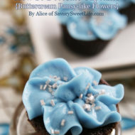 {Cupcake Decorating} How to pipe buttercream pansy-like flowers